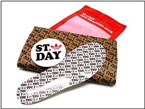 インナーソールの形をしたメッセージカードをはじめとして、「I LOVE YOU」で埋め尽くされたギフトバック、ステッカー、特製インナーソールがスニーカーとセット