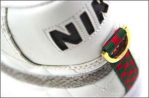 NIKEロゴは切り抜き、ヒールにはDリング付きのリボンが飾られる。Dリングには「SUPREME」のロゴが刻印