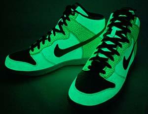 暗闇でアッパー全面がグリーンに光る!