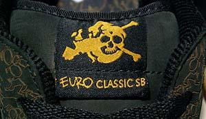 シュータンとヒールに、髑髏とヨーロッパ大陸をミックスさせたロゴが入る