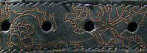 シューレースホールのパーツには、スカルグラフィックがレーザー加工で描かれる