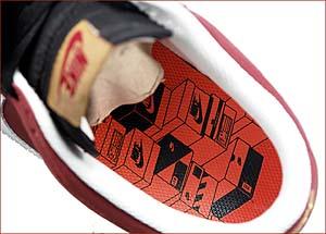 ナイキ歴代のシューズボックスがシャープなタッチで描かれる