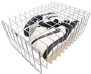 スニーカーのスペシャルボックスは、パンダの檻をイメージした鉄製のカゴ