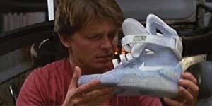 「バック トゥー ザ フューチャー2」の中で、スニーカーを手にするマーティー・マクフライ