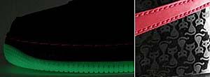 暗闇で光るアウトソール。カカトのパテント素材にはキュートなハロウィーン・キャットをプリント