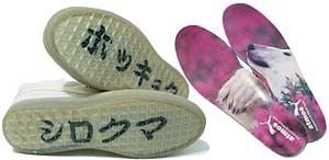 アウトソールには「ホッキョク シロクマ」の文字。インナーソールには岩合光昭の撮った白熊の写真をプリント
